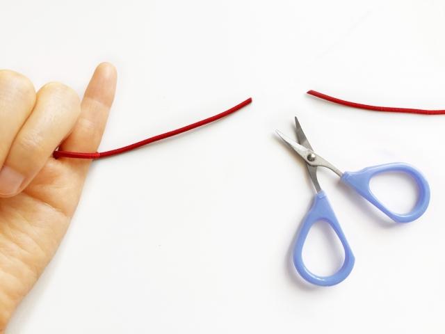 カップルが別れて赤い糸の縁が切れた